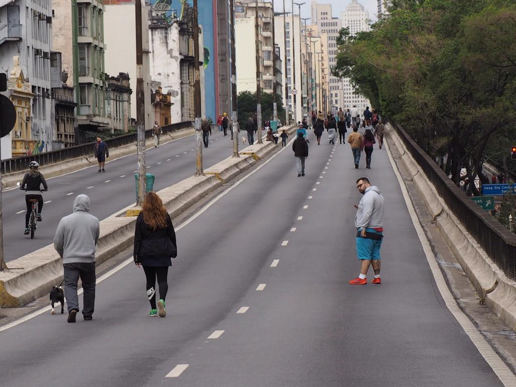 Minhocão fechado aos domingos, em São Paulo (foto: Leandro Beguoci)