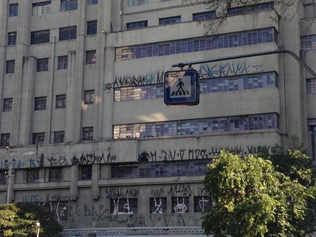 Placa de pedestres no centro de São Paulo. Tão alta que o pedestre só sabe da homenagem se olhar bem para o céu (foto: Leandro Beguoci)