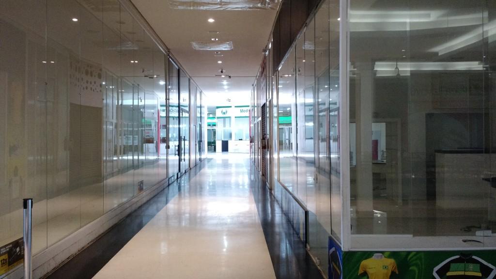 Corredores vazios no Shopping Plaza Itavuvu, na zona norte de Sorocaba