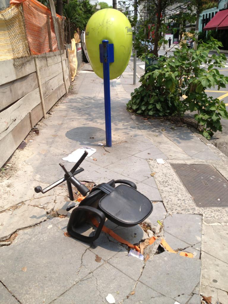 Calçada na Vila Olímpia, bairro residencial que está, rapidamente, virando um destino de escritórios em São Paulo: não há quem consiga andar por ali (Foto: Leandro Beguoci)
