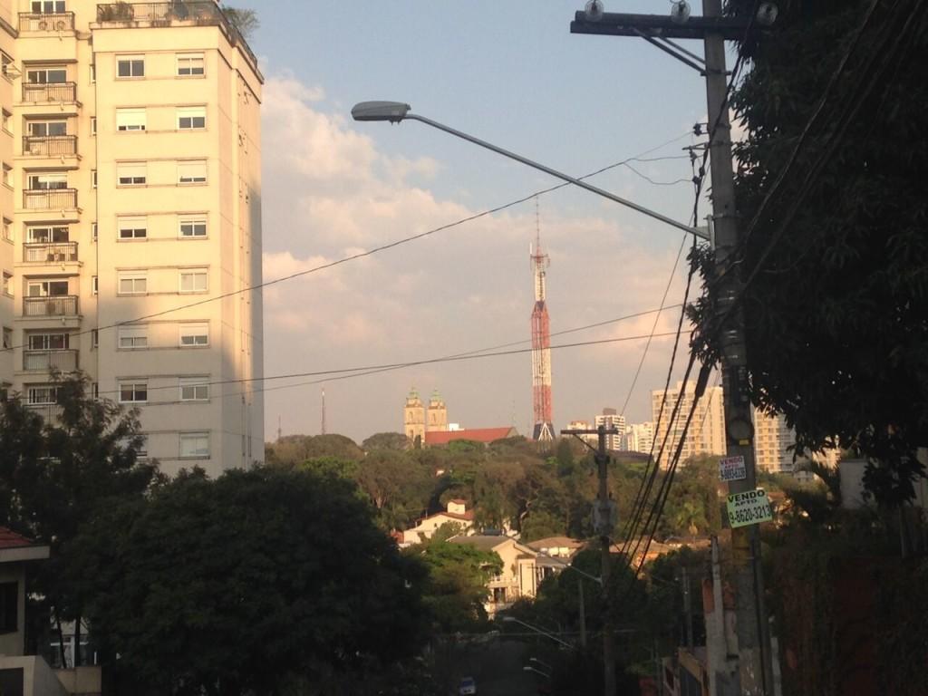A Igreja Nossa Senhora de Fátima e a torre de TV, no Sumaré, em São Paulo: a vista é interrompida pelos fios (foto: Leandro Beguoci)
