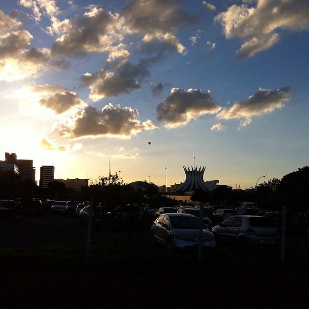Pôr do sol em Brasília, com a catedral ao fundo (foto: Sacha Brasil)