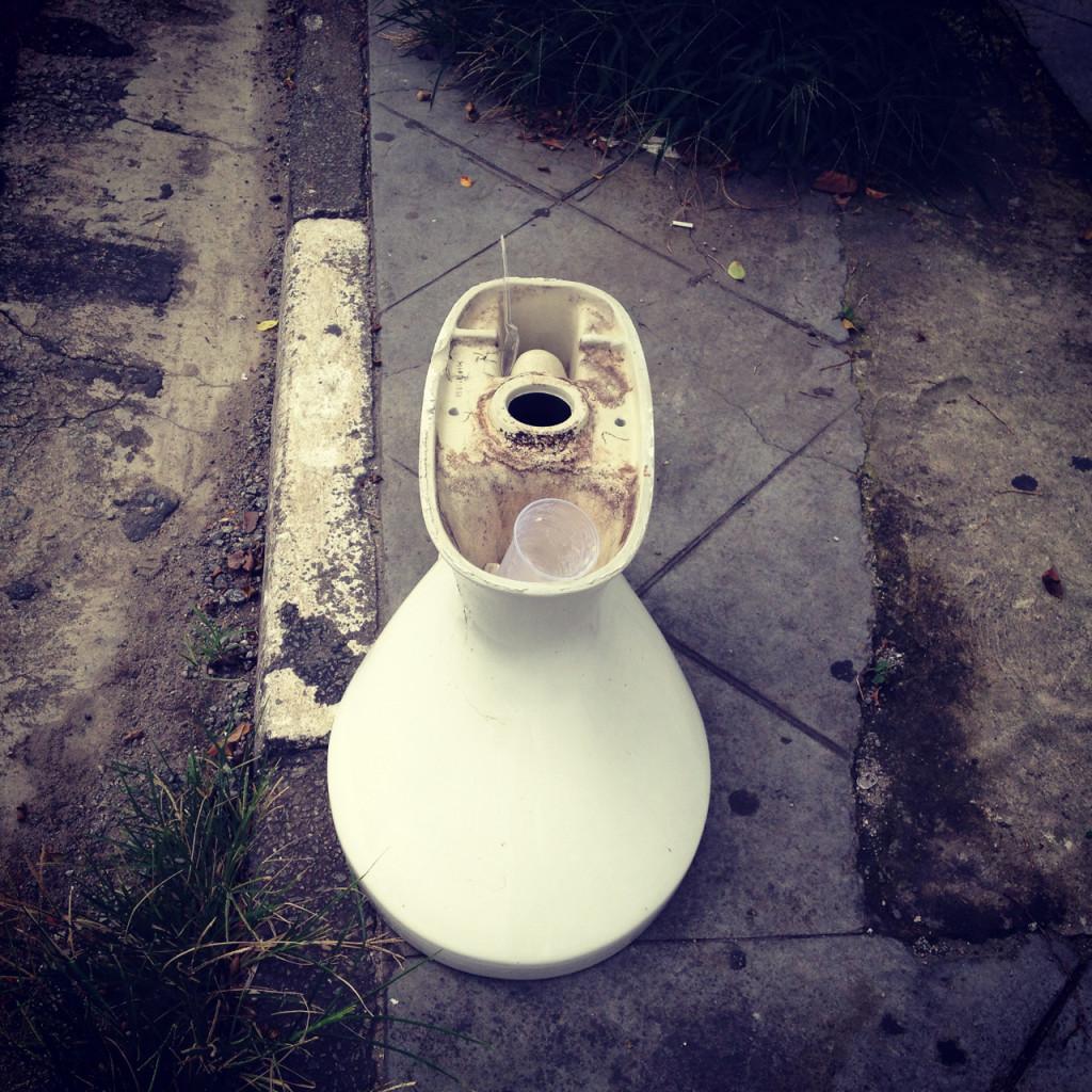 Que tal ir ao trabalho e encontrar uma privada solta na calçada? Na Vila Olímpia, em São Paulo, tinha (foto: Leandro Beguoci)