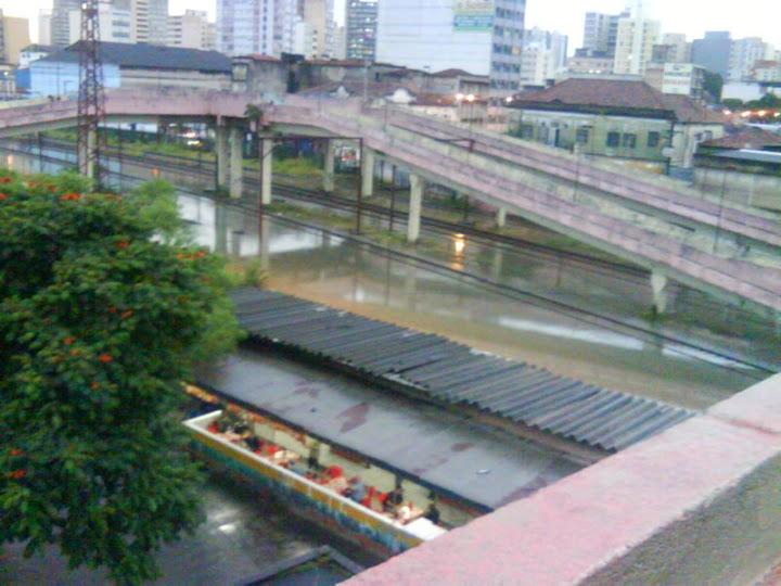 Rio Tamanduateí transbordando em Santo André e estação de trem alagada, em 2011 (Acervo pessoal)