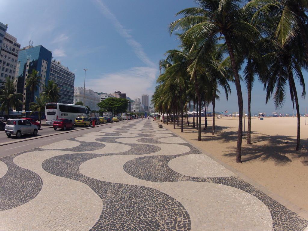 Calçadão de Copacabana, no Rio de Janeiro, cheio de pedras portuguesas (foto: Allan Fraga/Wikimedia)