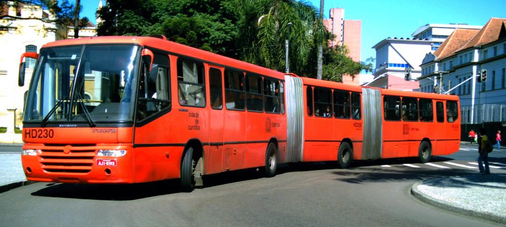 Ônibus expresso biarticulado de Curitiba (foto: Luan Lenon/Wikimedia)