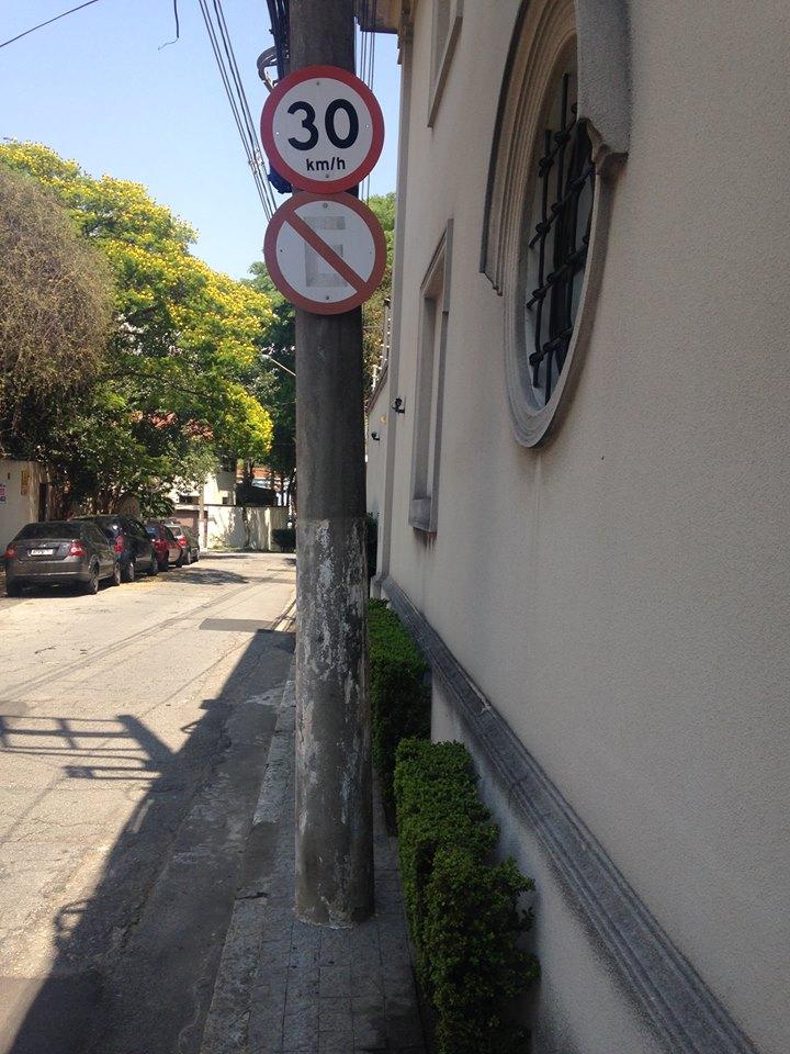 Calçada em SP, nos Jardins: talvez só a pessoa mais magra do mundo consiga passar por ela (foto: Leandro Beguoci)