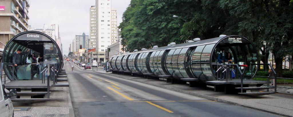 Estação tubo em Curitiba (foto: Mario Roberto Durán Ortiz/Wikimedia)