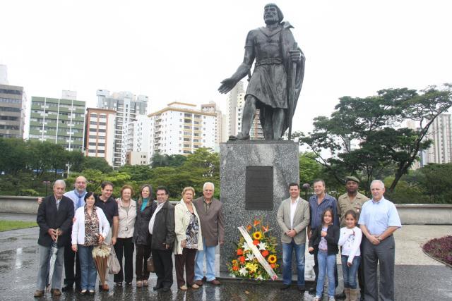 Moradores de Santo André ao lado da estátua de João Ramalho (foto: divulgação da prefeitura de Santo André)