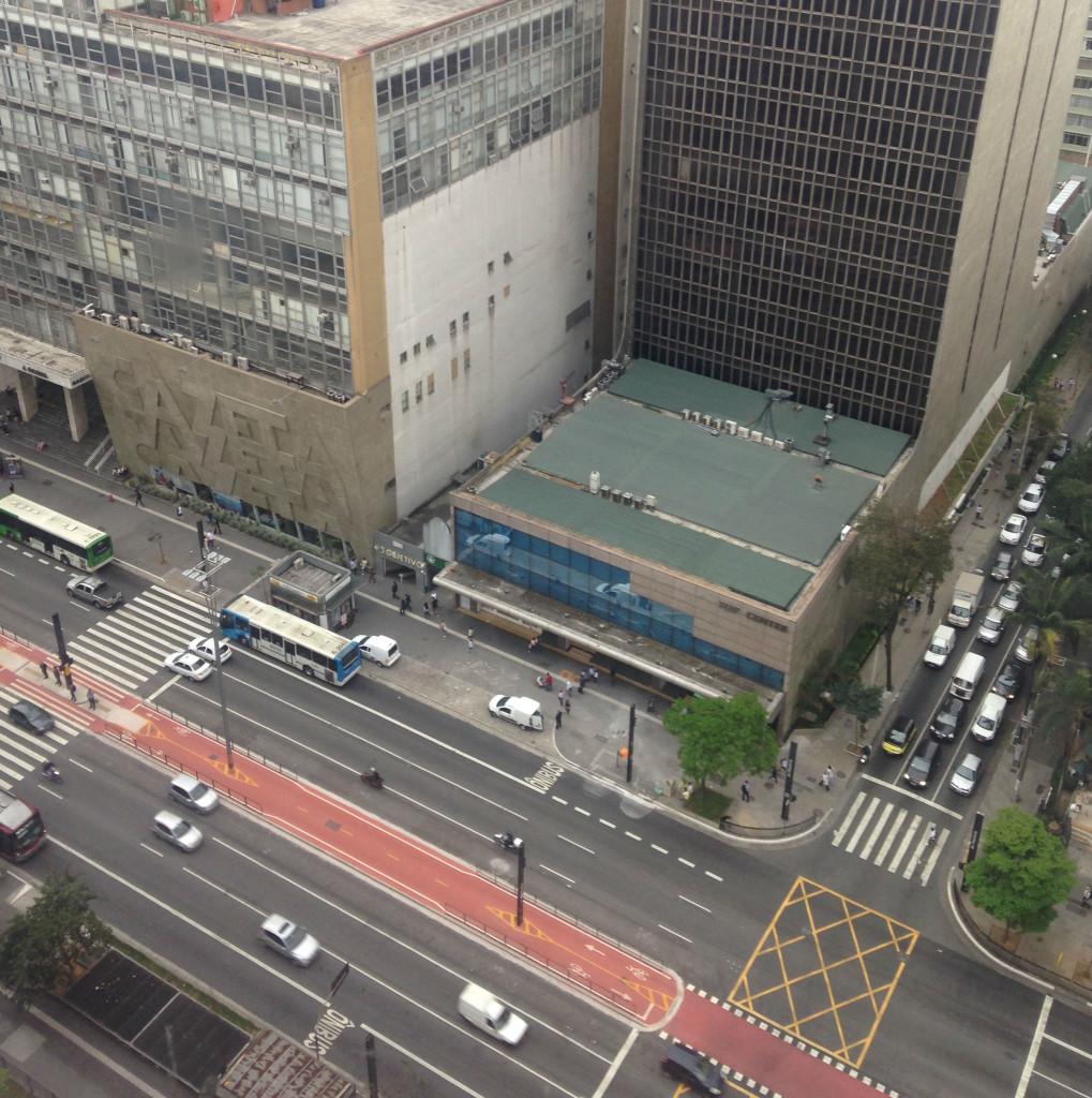 Avenida Paulista vista do alto, com a ciclovia no meio (foto: Leandro Beguoci)