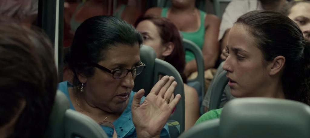 Val e a filha, dentro do ônibus, perto do Largo da Batata (foto: reprodução do filme)