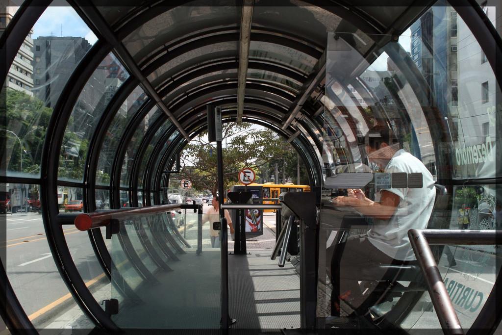 Por dentro de uma estação tubo de Curitiba (foto: marcusrg/Flickr)