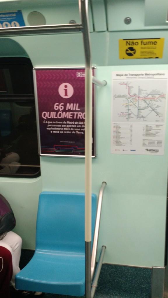 Cartaz na linha verde contabiliza que os trens do Metrô de São Paulo percorrem o equivalente a mais de uma volta e meia ao redor da Terra todos os dias