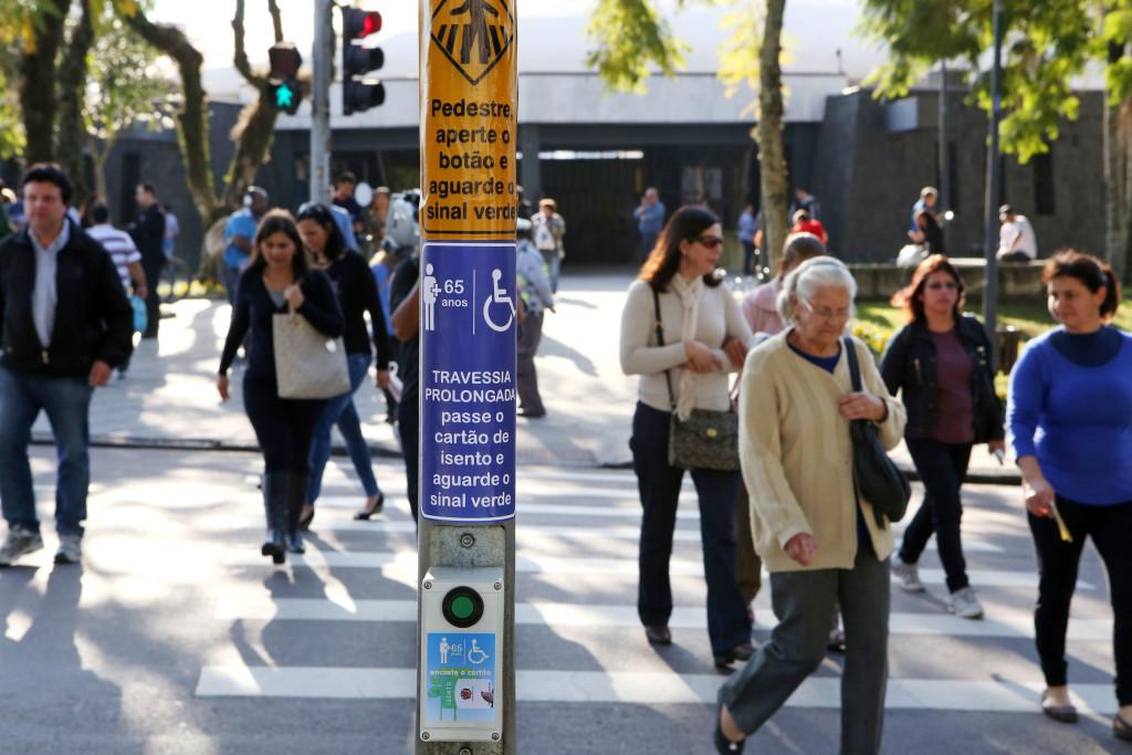 A Prefeitura de Curitiba está testando um dispositivo que amplia a segurança para que pessoas com mobilidade reduzida atravessem os cruzamentos semaforizados da cidade. Curitiba, 16/07/2014 Foto:Cesar Brustolin/SMCS