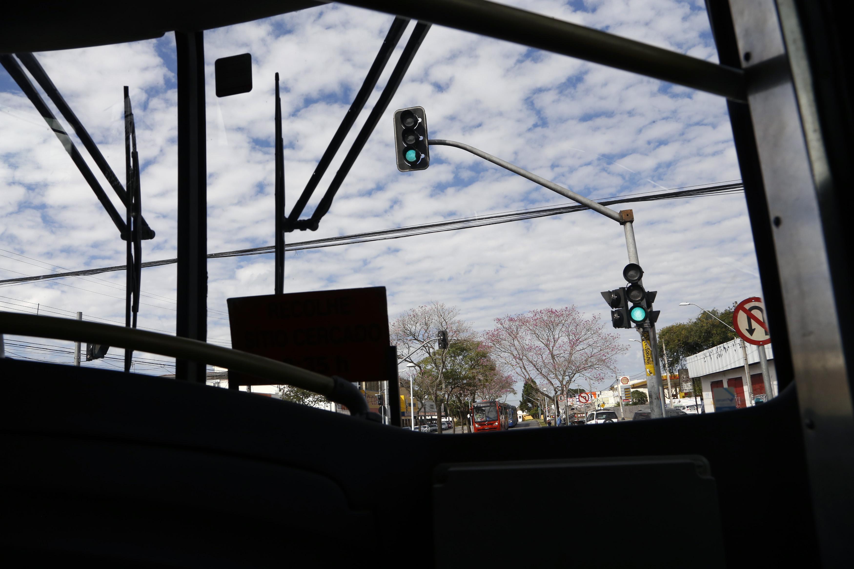 Os quase 600 mil passageiros que diariamente utilizam as oito linhas de biarticulados são beneficiados pela prioridade que os ônibus têm nos semáforos. Curitiba, 10/06/2015 Foto: Luiz Costa/SMCS