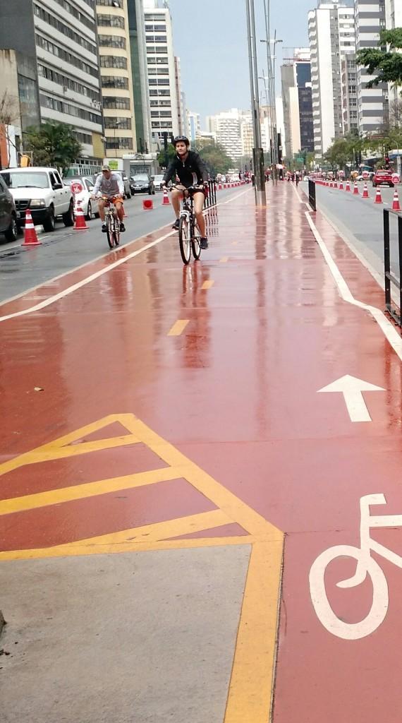 Ciclista em um domingo de chuva na Av. Paulista (foto: Camila Montagner)