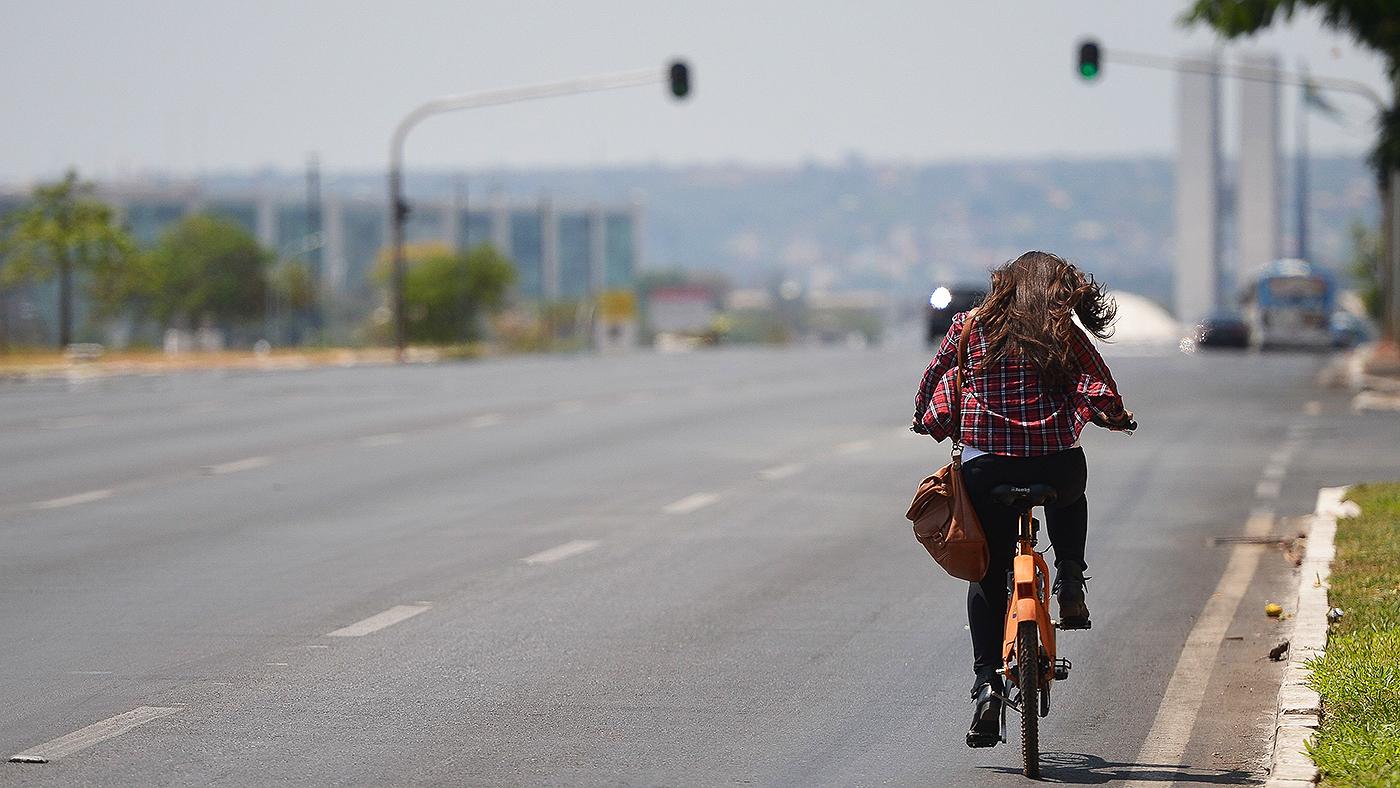 Ciclista passa pela Esplanada dos Ministérios (Marcello Casal Jr/Agência Brasil)