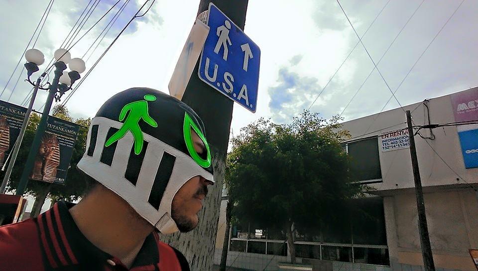 Peatónito dá uma observada nas ruas de Tijuana (Divulgação)