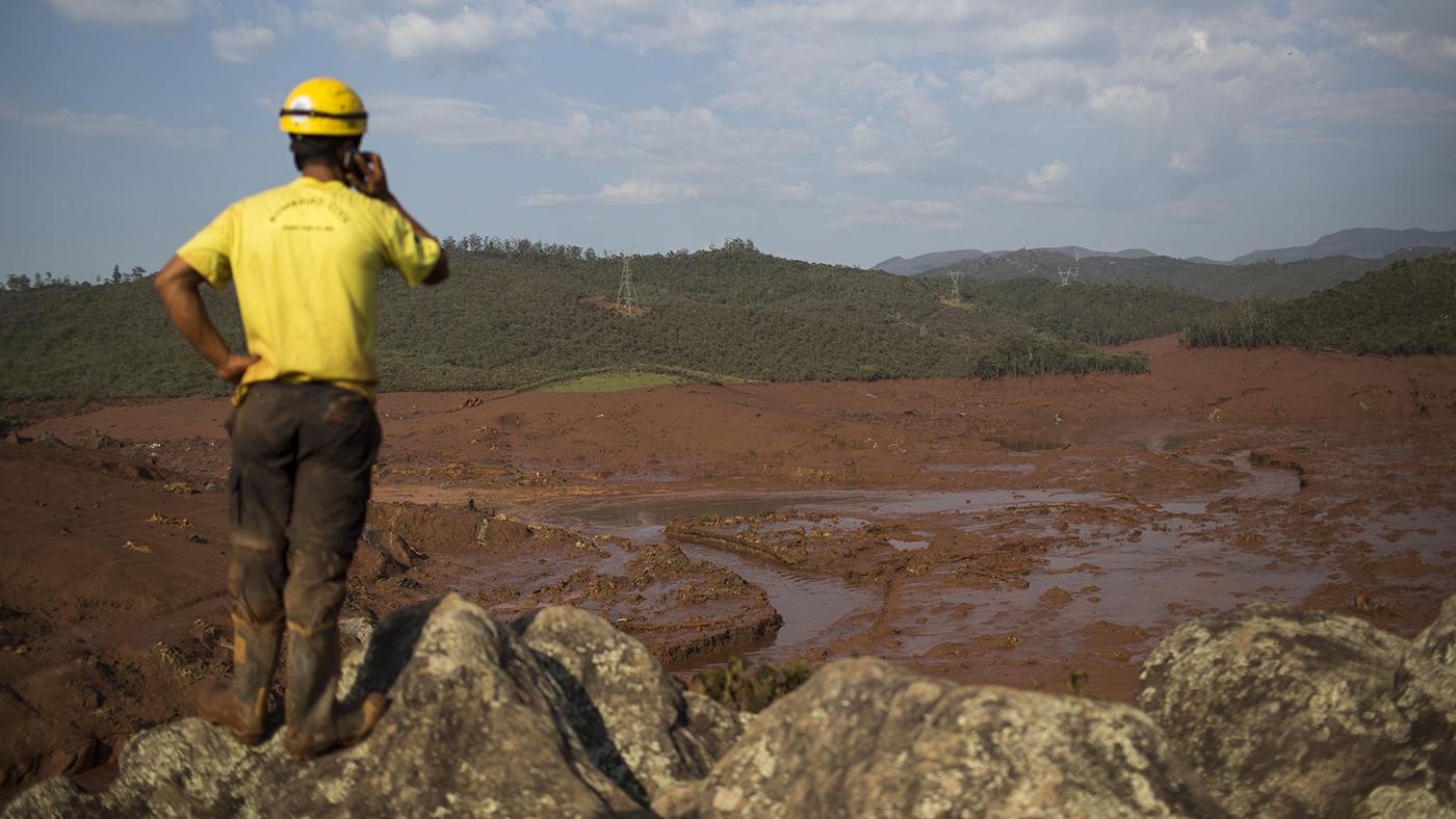 Agente da Defesa Civil observa destruição em Bento Rodrigues enquanto procura por sobreviventes (AP Photo/Felipe Dana)
