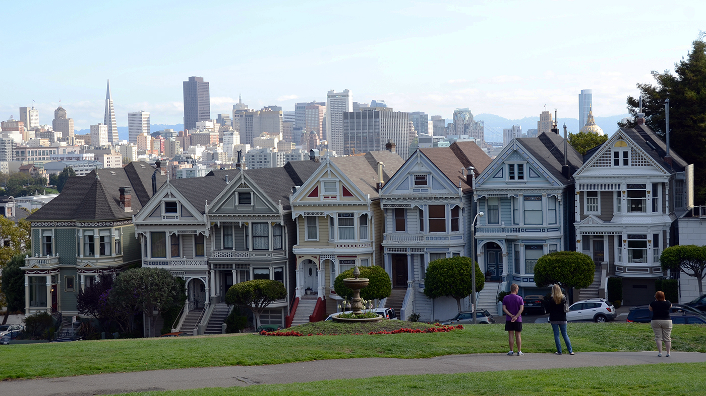 "Alamo Square, as casas conhecidas como ""Painted Ladies"" e o skyline do centro de São Francisco ao fundo (AP Photo/Paula Froke)"