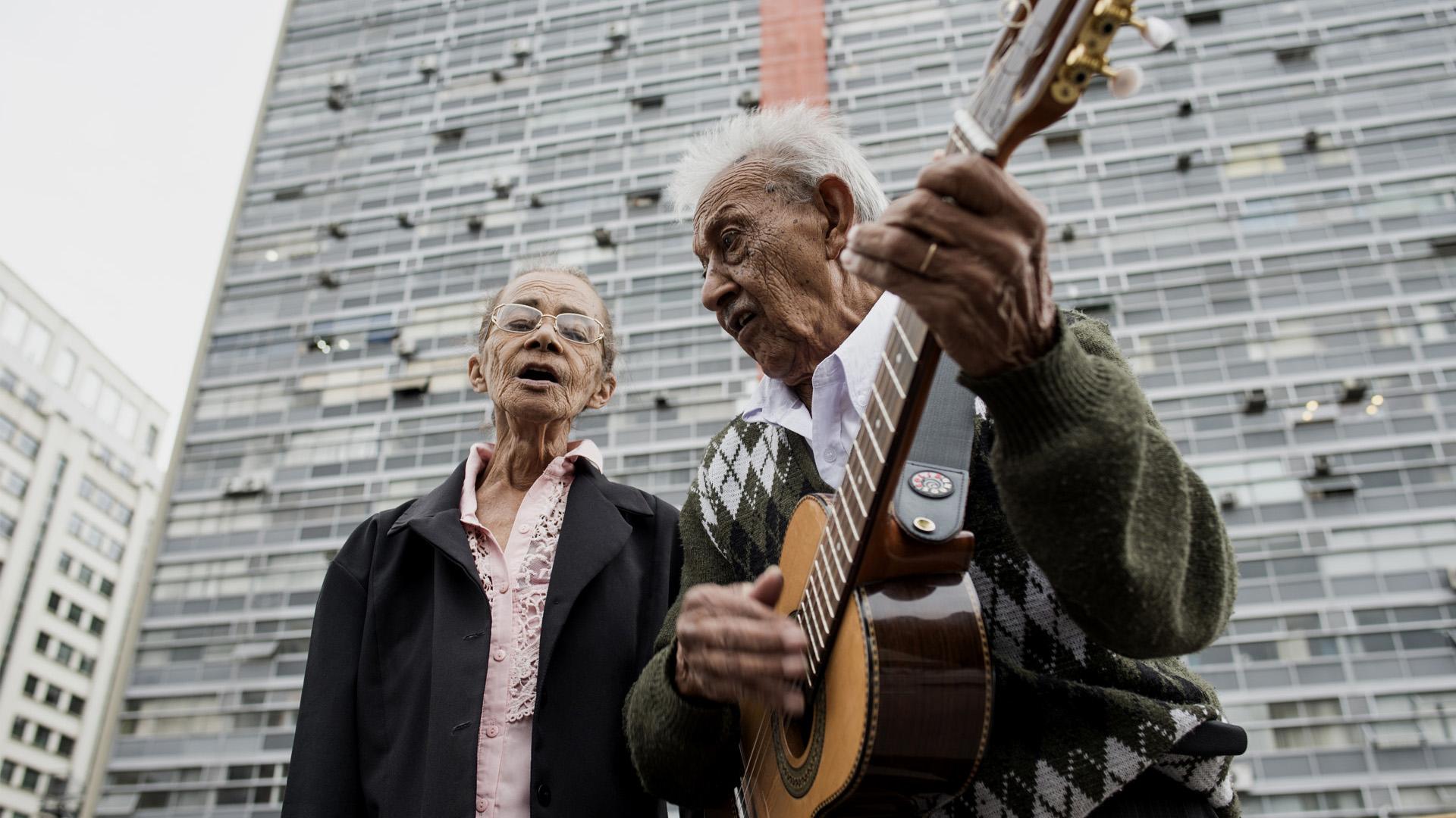 Anor Cândido Marques e Ana Maria da Silva Marques, da dupla Marquinho da Viola e Ana Maria, no viaduto Santa Efigênia