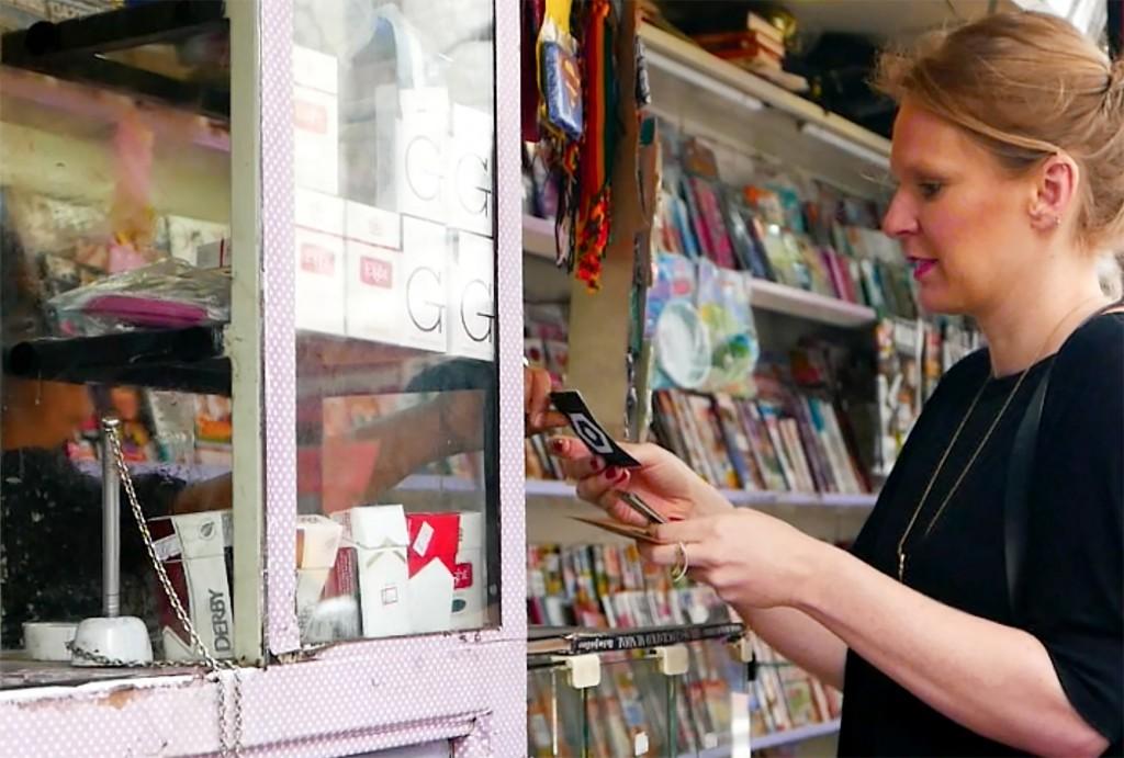 Jogadora recebe carta de comerciante local no Bom Retiro (foto: divulgação)