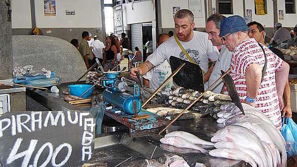 O brasileiro Alex Atala apresenta o Ver-o-Peso ao espanhol Ferran Adrià. Os dois estão entre os melhores chefs do mundo (Divulgação)