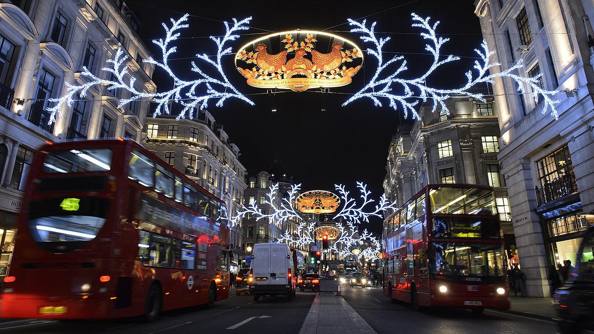 A Regent Street, em Londres, decorada para o Natal