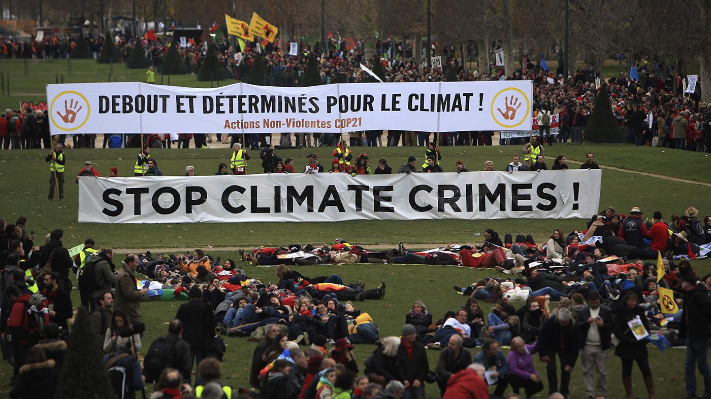 Ativistas protestam contra crimes ambientais em parque de Paris durante a COP21 (AP Photo/Thibault Camus)