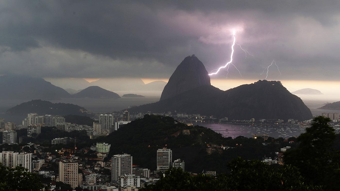 Tempestades repentinas tem se tornado mais comum em grandes cidades brasileiras, sobretudo durante o verão  (AP Photo/Leo Correa)
