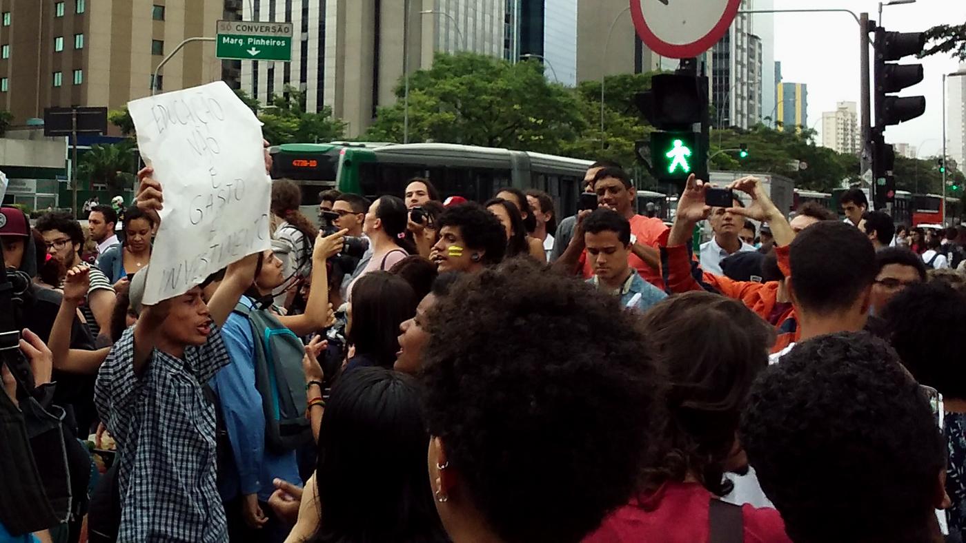 Estudantes fecham o trânsito para protestar em São Paulo (Ubiratan Leal/Outra Cidade)
