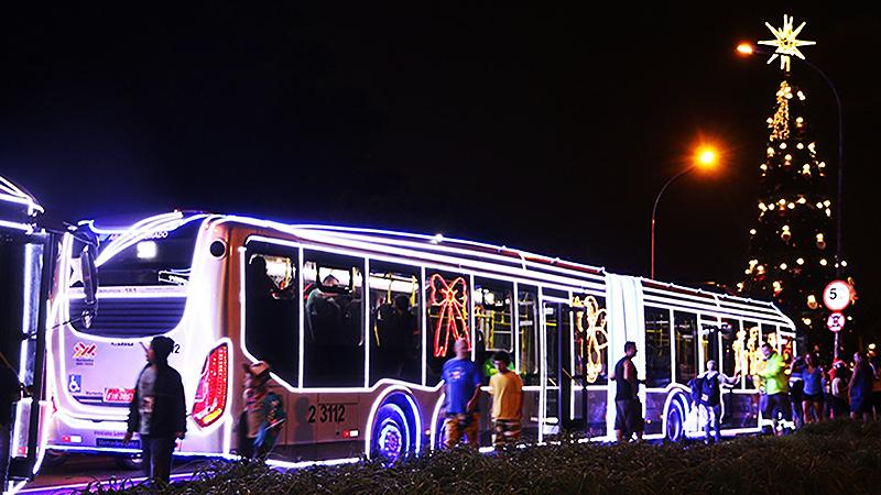 Ônibus com luzes de Natal passa em frente à árvore de Natal do Parque do Ibirapuera (Sidnei Santos/SPTrans)