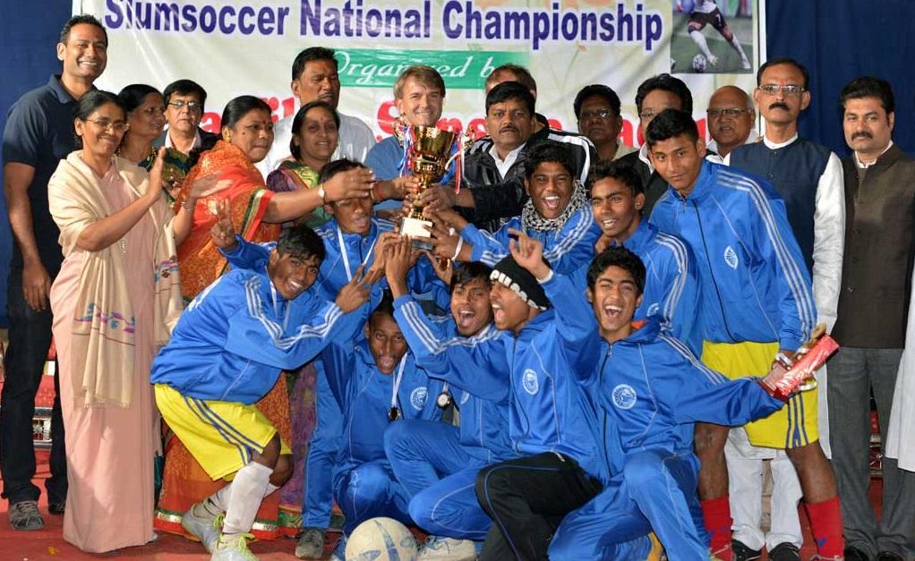 Abhjeet posa com seu pai e o time vencedor do campeonato nacional de Slum Soccer (Slum Soccer/Divulgação)