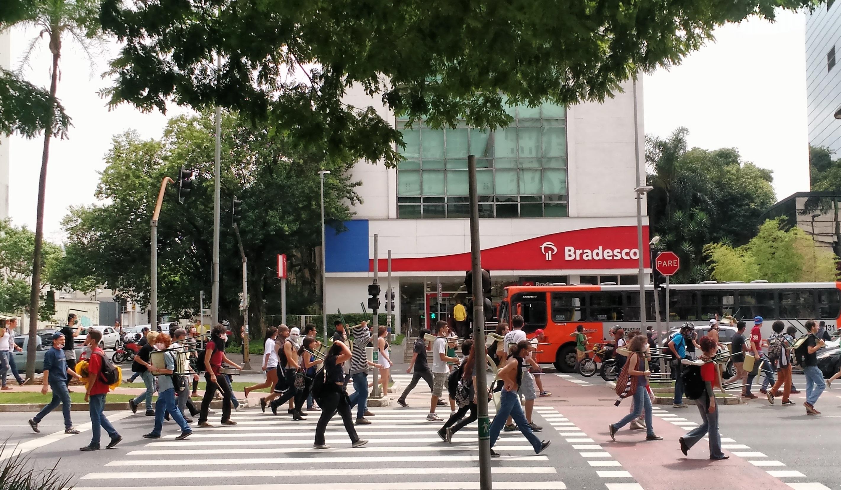 Estudantes em manifestação contra a reforma escolar na av. Brigadeiro Faria Lima (Camila Montagner/Outra Cidade)