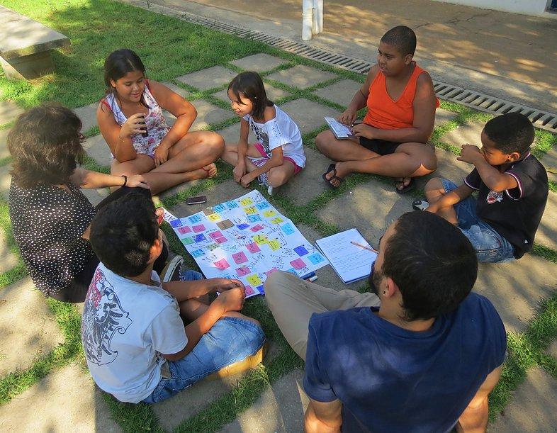 Crianças mapeando os equipamentos públicos de Cohab de Taipas, zona norte de São Paulo