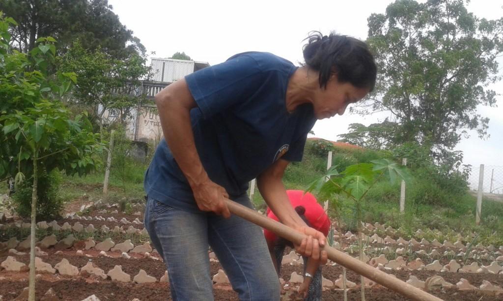 Moradora de Vila Nova Esperança trabalha na horta comunitária local (Maria de Lourdes Andrade de Souza)