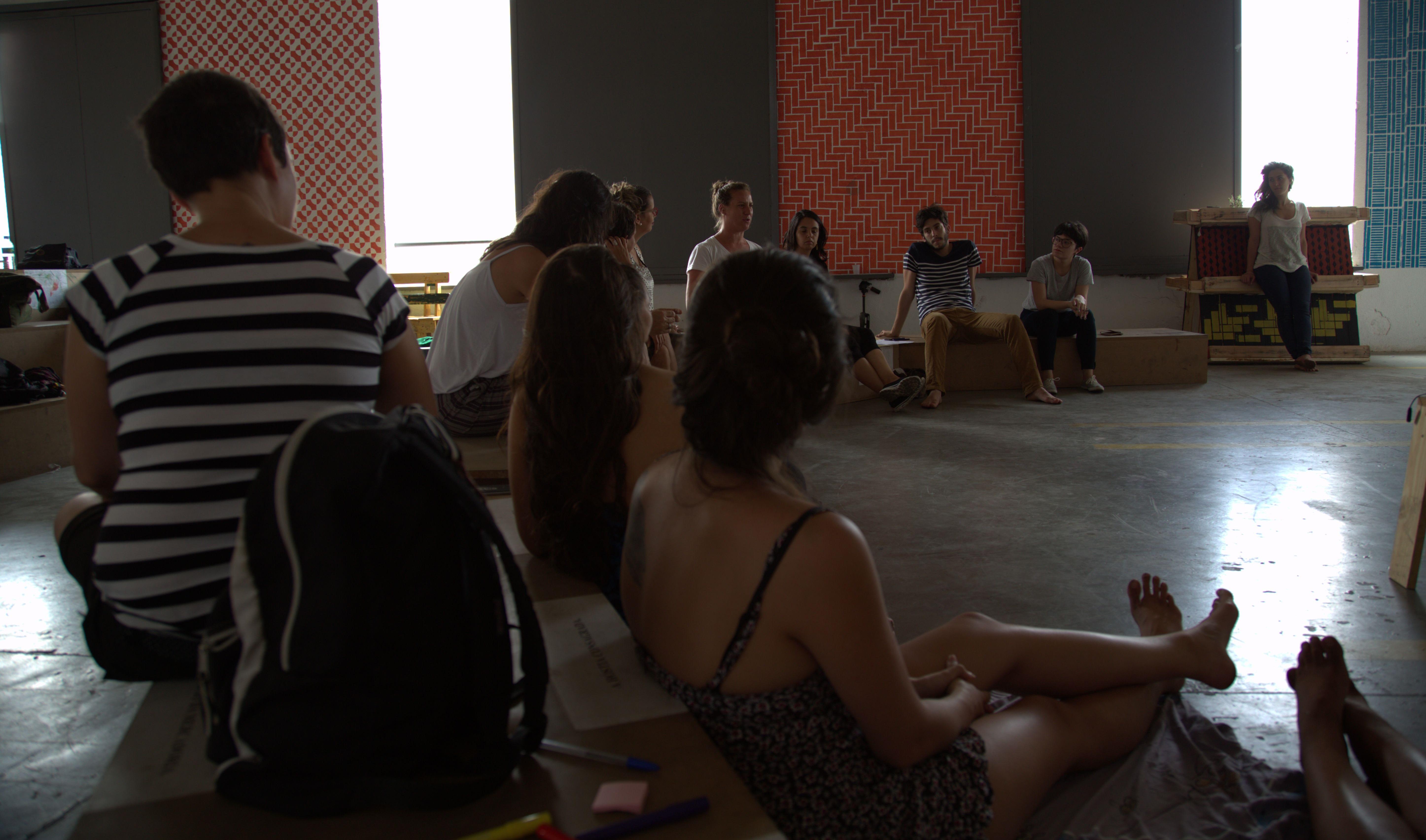Participantes da Oficina de Crowdfunding de Rua discutem como financiar seus projetos (Divulgação)