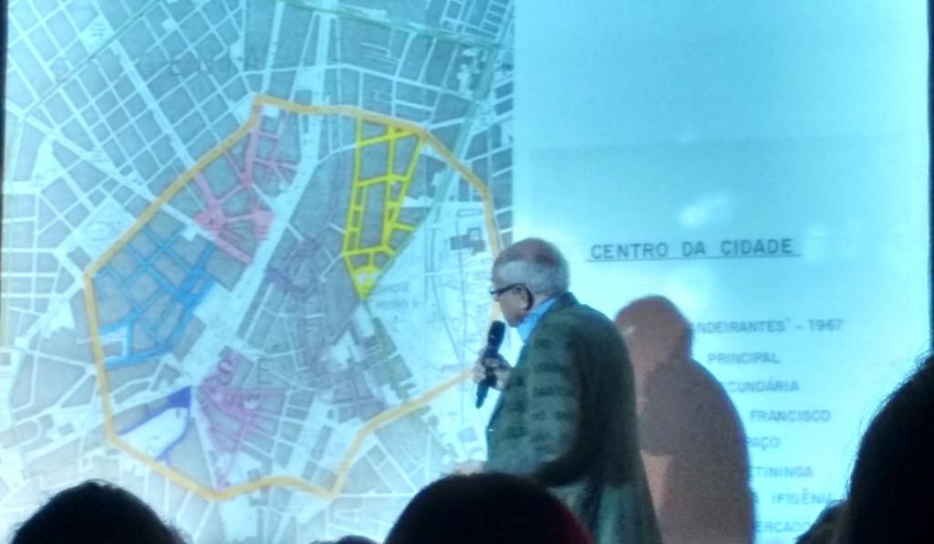 O professor José Eduardo de Assis Lefèvre exibe o perímetro do centro onde os paulistanos eram obrigados a caminhar (Outra CIdade/Camila Montagner) Montagner