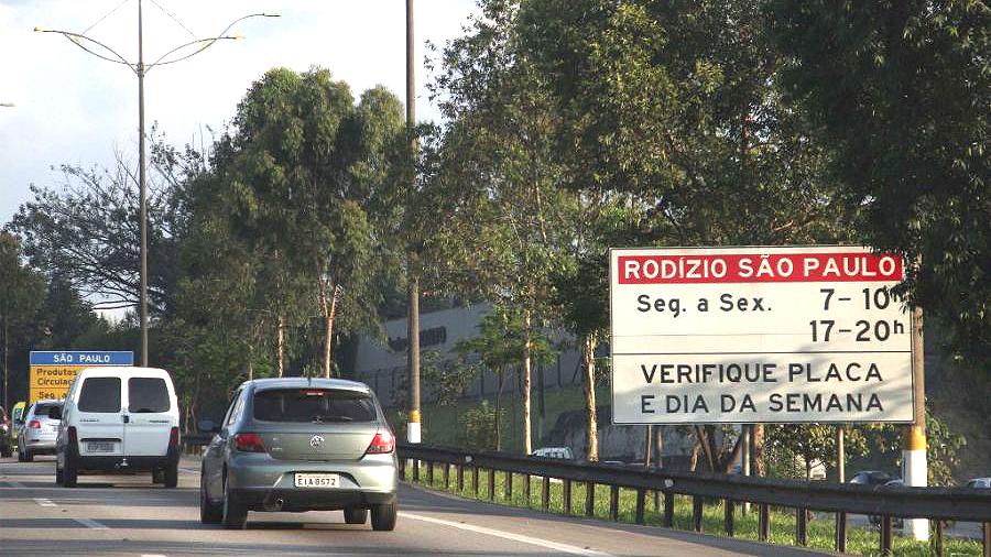 Placa avisa aos motoristas da restrição do rodízio ao entrar em São Paulo