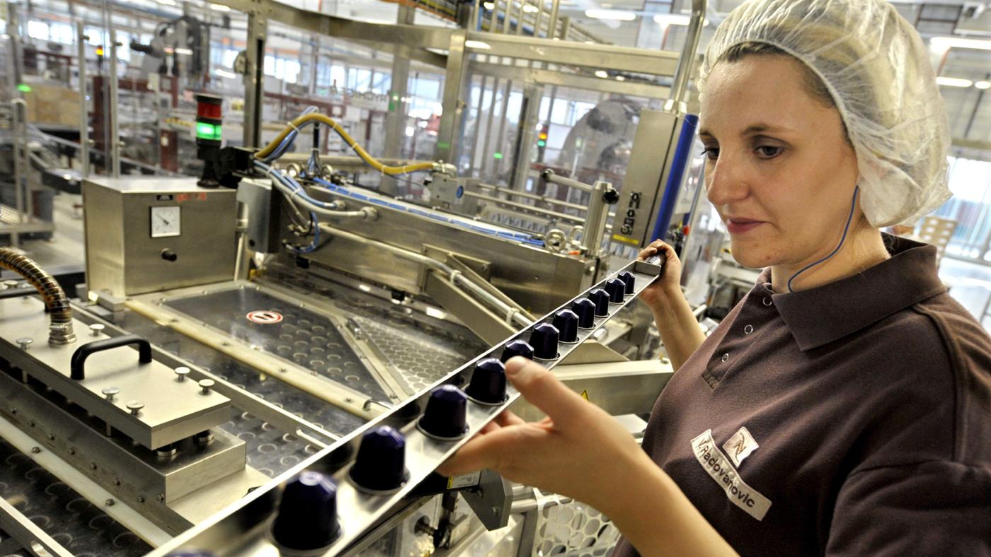 Fábrica da Nespresso em Avenches, Suíça, capaz de produzir 4,8 bilhões de cápsulas de café por ano (AP Photo/Keystone, Laurent Gillieron)