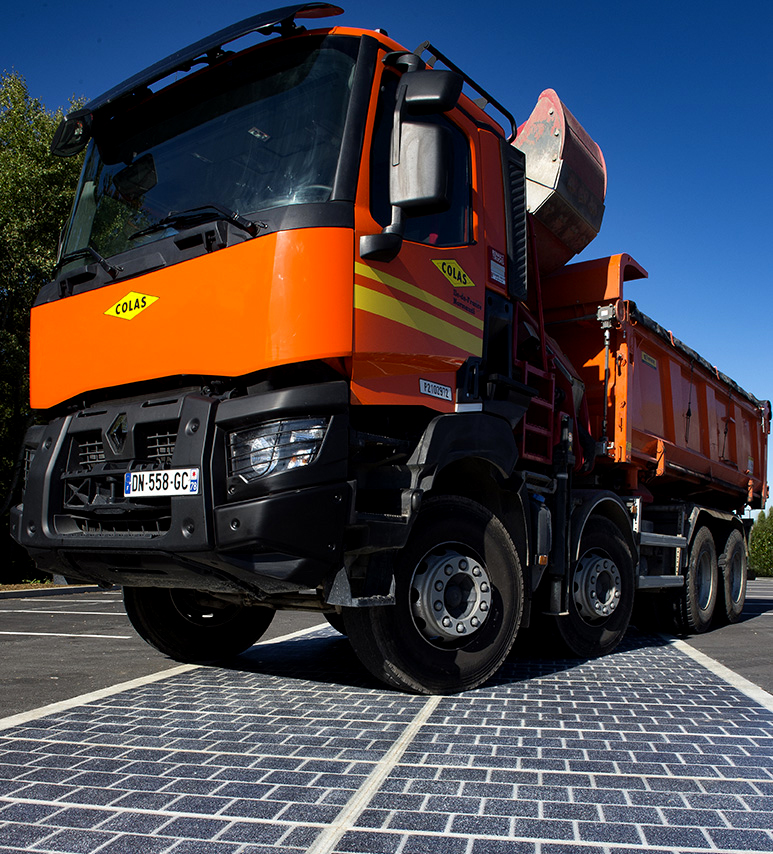 Caminhão passando sobre pavimento de painéis solares (Joachim Bertrand/Divulgação Colas)