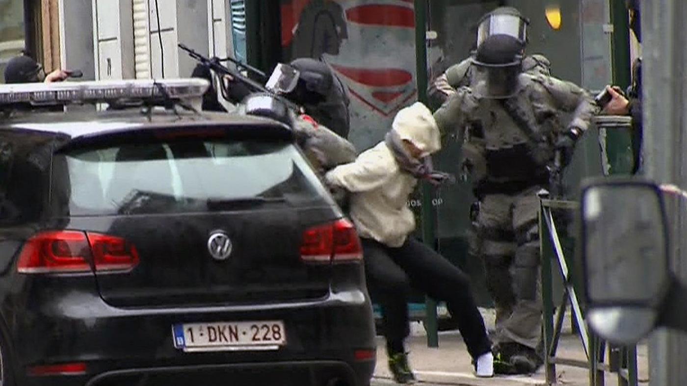 Salah Abdelsalam, um dos suspeitos principais de participar dos atentados de Paris em 2015, é preso em uma casa no bairro de Molenbeek, Bruxelas (VTM via AP)