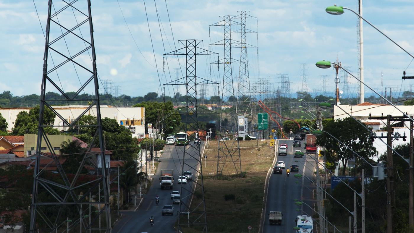 Torres de energia na Avenida Comendador Franco, que liga Curitiba a São José dos Pinhais (Divulgação/Copa 2014)