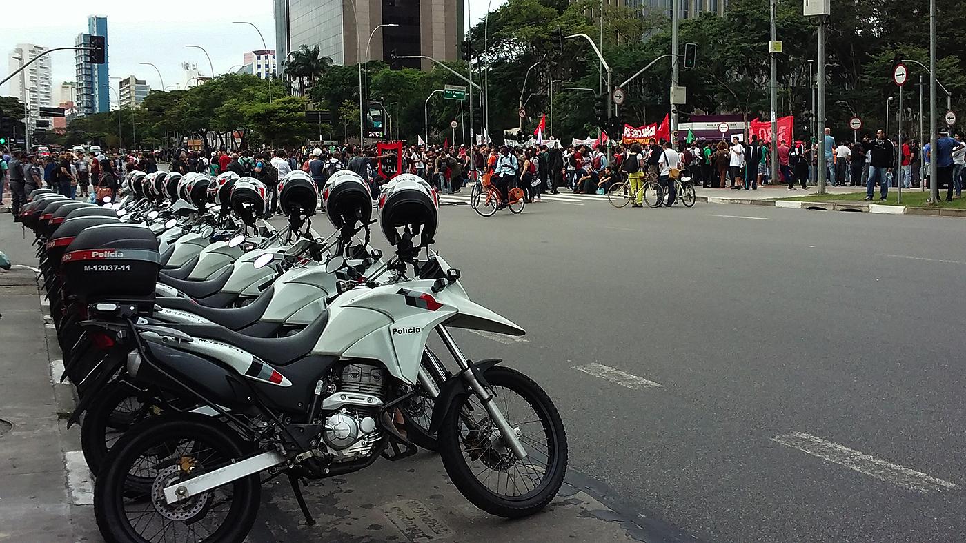 Motos da polícia diante de protesto de estudantes de São Paulo contra mudança no sistema educacional do estado (Ubiratan Leal/Outra Cidade)