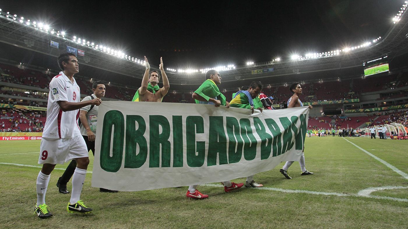 Seleção taitiana agradece apoio da torcida brasileira após perder para o Uruguai na Arena Pernambuco, na Grande Recife (AP Photo/Eugene Hoshiko)