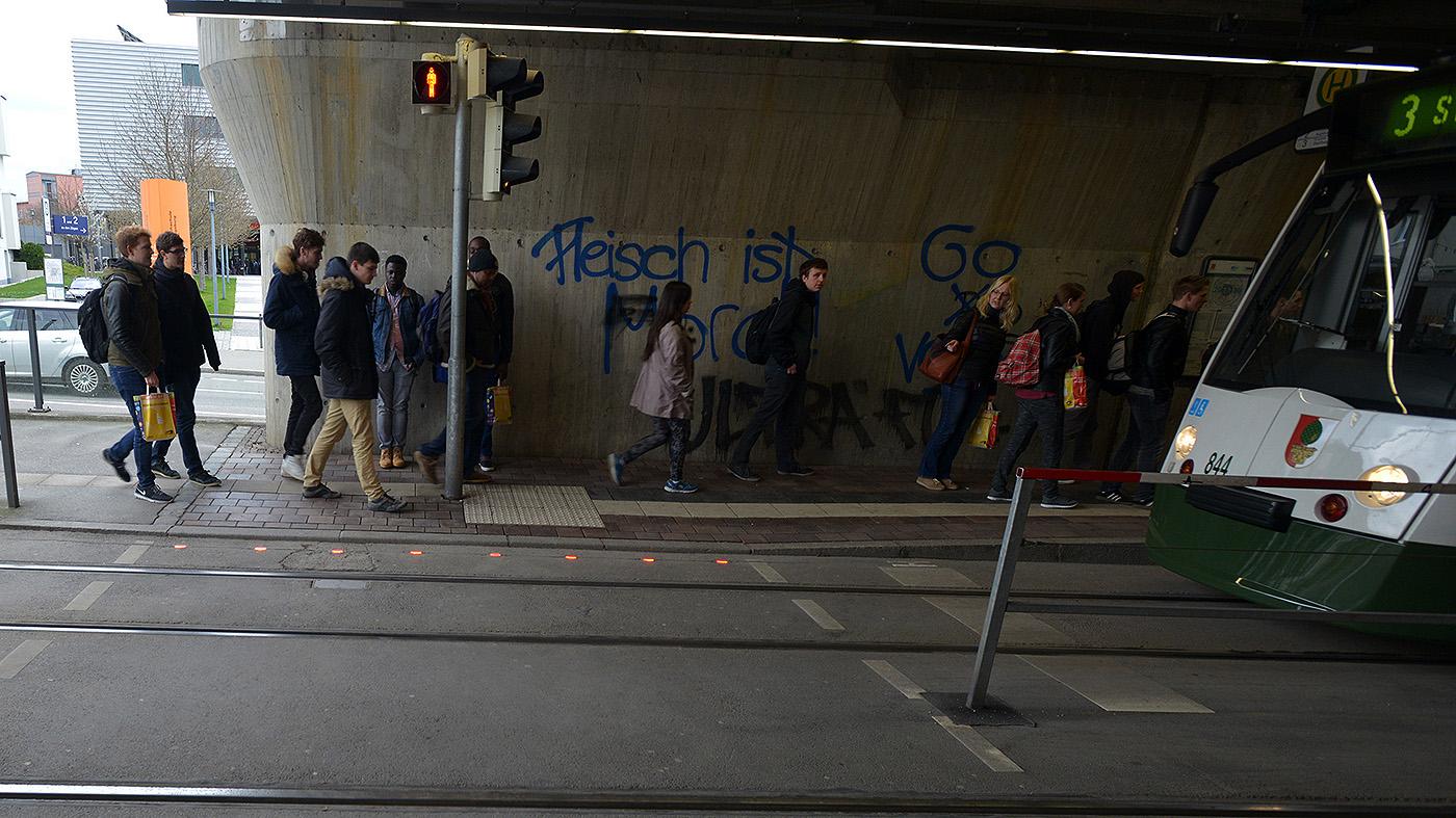 Luzes no chão para alertar pedestres que estão olhando o celular na estação de bonde (Divulgação / SWA / Thomas Hosemann)
