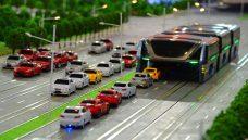 China apresenta sistema de ônibus elevado, mas questões seguem no ar