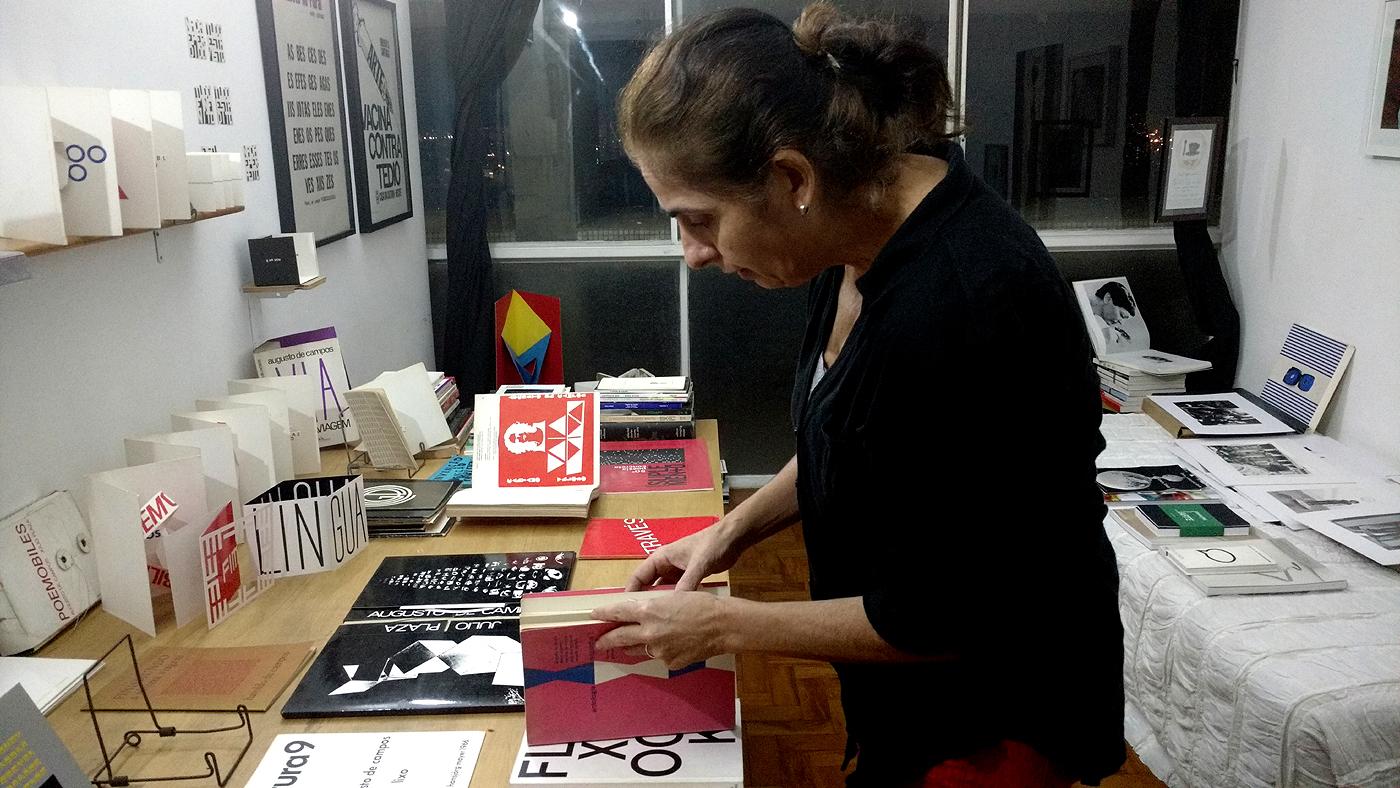 Rita manuseia suas edições raras de poesia concreta (Camila Montagner/Outra Cidade)