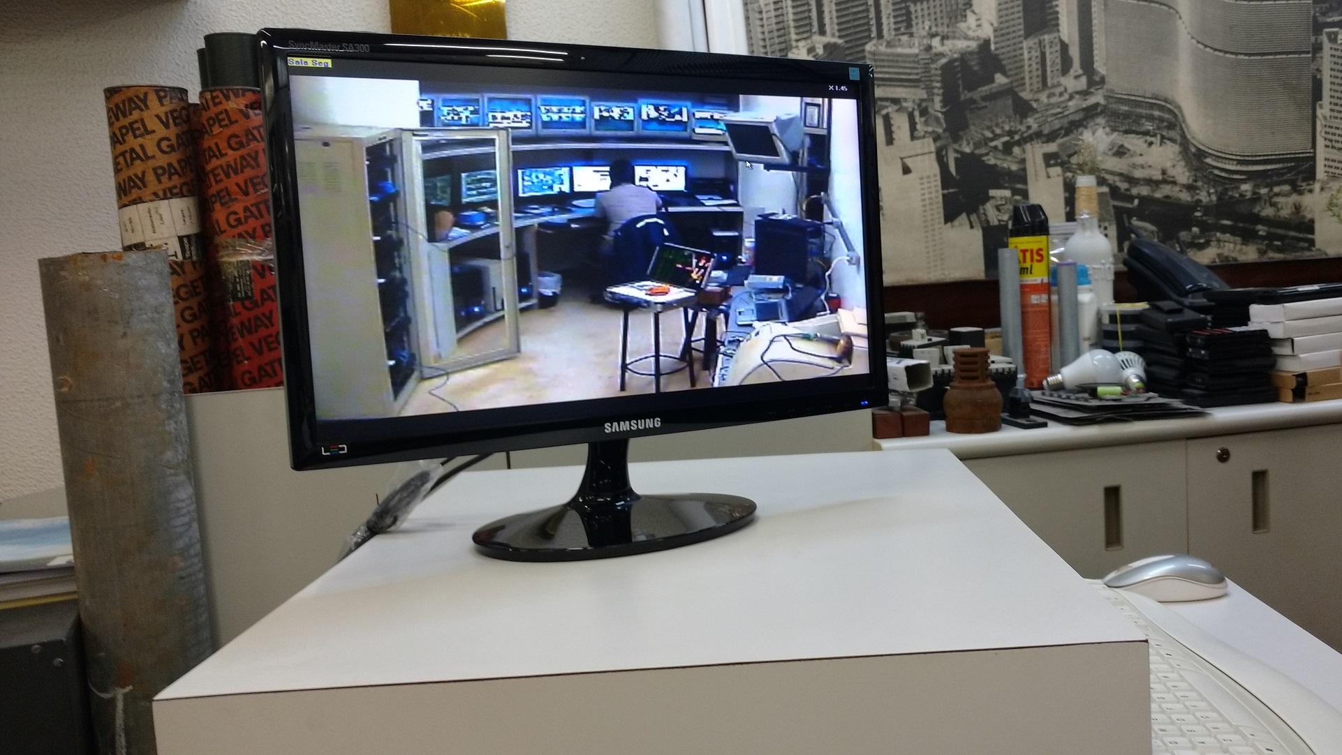 """Na sala da administração, tela exibe imagem de câmera em uma das """"centrais"""" do Copan (Camila Montagner/Outra Cidade)"""