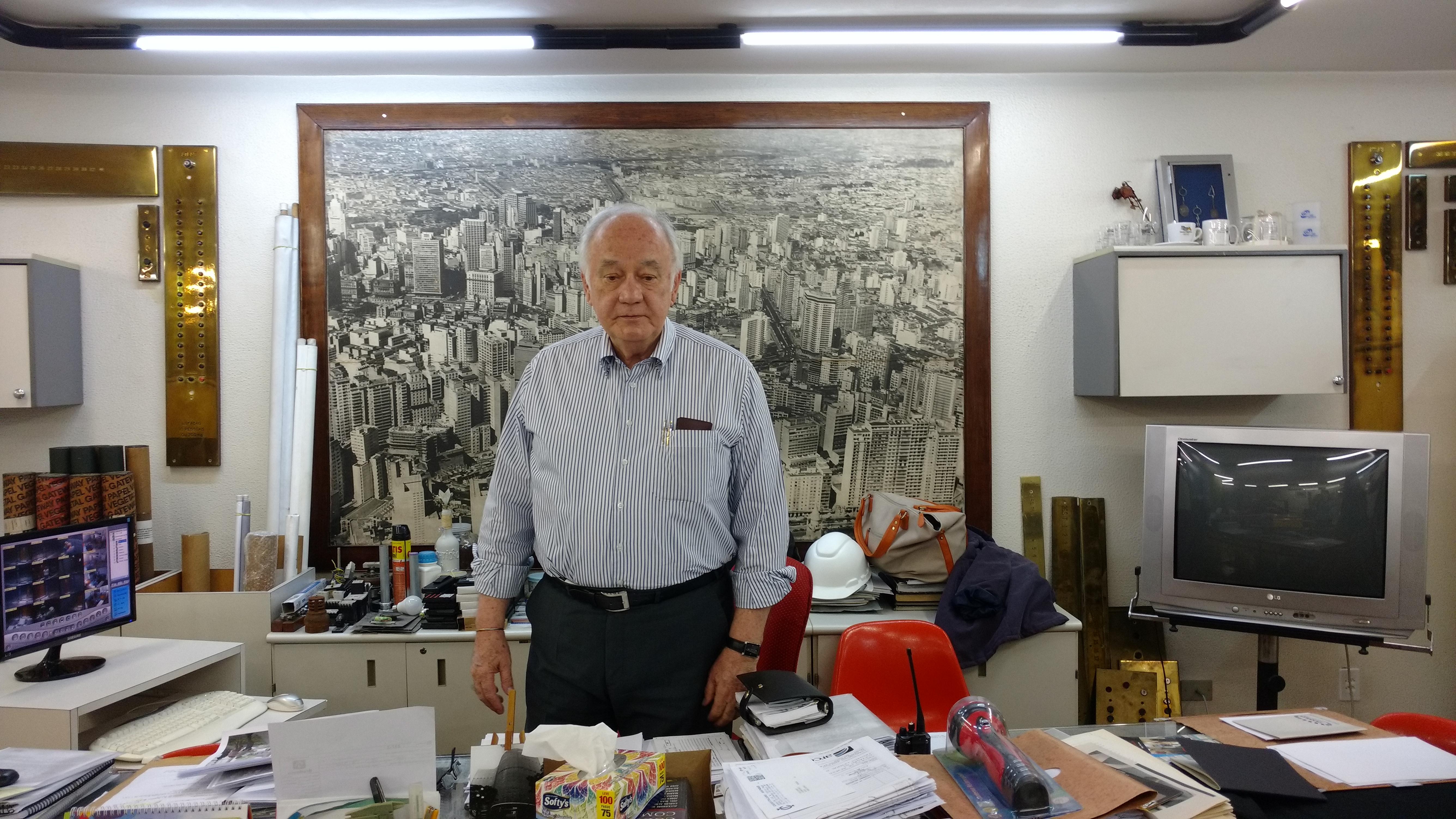 Affonso de Oliveira, síndico do Copan em sua sala (Camila Montagner/Outra Cidade)